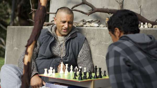 Genesis Portini (Cliff Curtis) and his nephew Mana (James Rolleston) play chess